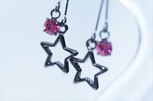 ブラック星型フレーム&ストリングス チェリーピンクキュービックジルコニア ジュエリー系スタッドピアス