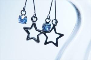 ブラック星型フレーム&ストリングス アクアブルーキュービックジルコニア ジュエリー系スタッドピアス