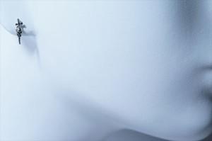スカル&クロスソードデザイン 燻し風ブラック仕上げ シルバーカラースタッドピアス