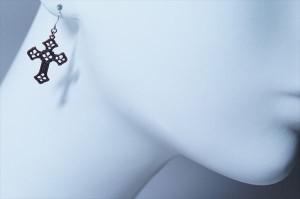 クロスフローリーピンクカラーフレーム ヨーロピアン・アンティーク調デザイン アメリカンフックピアス