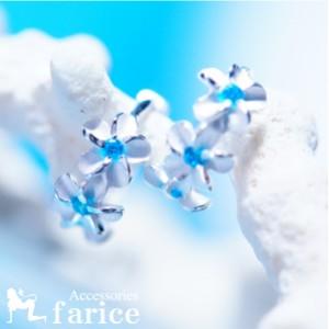 ホワイトプルメリア(花) レイフラワーブルートパーズ装飾 マット仕上げ縁取りライン光沢 ハワイアンジュエリーフープピアス