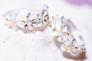 4プルメリア(花)・フラワーレイ クリアストーン装飾 イエローゴールドペアカラー レディース ハワイアンジュエリー フープピアス