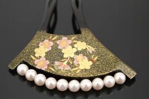 [訪問着やフォーマルな着物にオススメな日本製バチ型簪(かんざし)]黒/桜/花/パールビーズ/蒔絵調/成人式/フォーマル