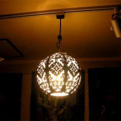 【送料無料】鉄製ペンダントランプ ボール型レリーフと白い布 [D.26cm]【照明】【バリ雑貨】【アジアン雑貨】