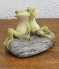 レジン製カエルの置物 癒やしグッズとしても最適な可愛いカエルの置物 寄り添い カエル 置物 レジン 癒やしグッズ カエルグッズ