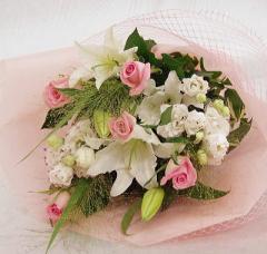 ユリ・バラ・トルコキキョウの淡いトーンの花束