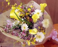 黄色のカラーを小花でドレスアップ【花束】