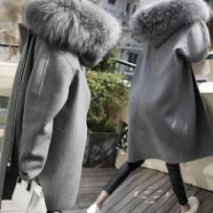ボーリューム感あるファーがフードに付いたかわいいコート