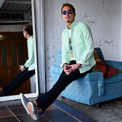 ミントグリーンの綿麻シャツが爽やかな香りを醸す、夏のカジュアルスタイル。