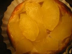 奇跡の30年自家製天然酵母アップルスイーツ。美味しいリンゴだけを選んでじっくり煮込んでたっぷりと乗せて焼きました。