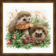 RIOLISクロスステッチ刺繍キット No.1469 「Hedgehogs in Lingonberries」 (コケモモとハリネズミ)