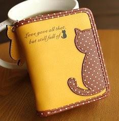 財布 二つ折り ネコ ドット柄 パステルカラー チャーム付き (マスタード)