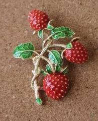 【お取り寄せ】ブローチ 3個のイチゴ 葉っぱ付き