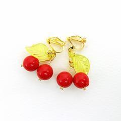 揺れる赤さくらんぼモチーフのゴールドカラーイヤリング(両耳用)