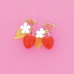 白いお花と赤いいちごがゆれるイヤリング