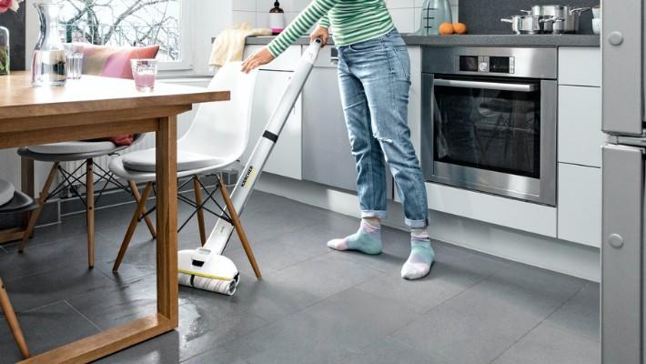 立ったままで力を入れずに楽々水拭き。スティクタイプなので、立ったままの姿勢で床の水拭き掃除ができます。