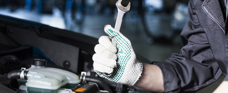 車を修理する人