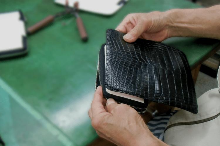 職人の手によって作成されるクロコダイル革財布