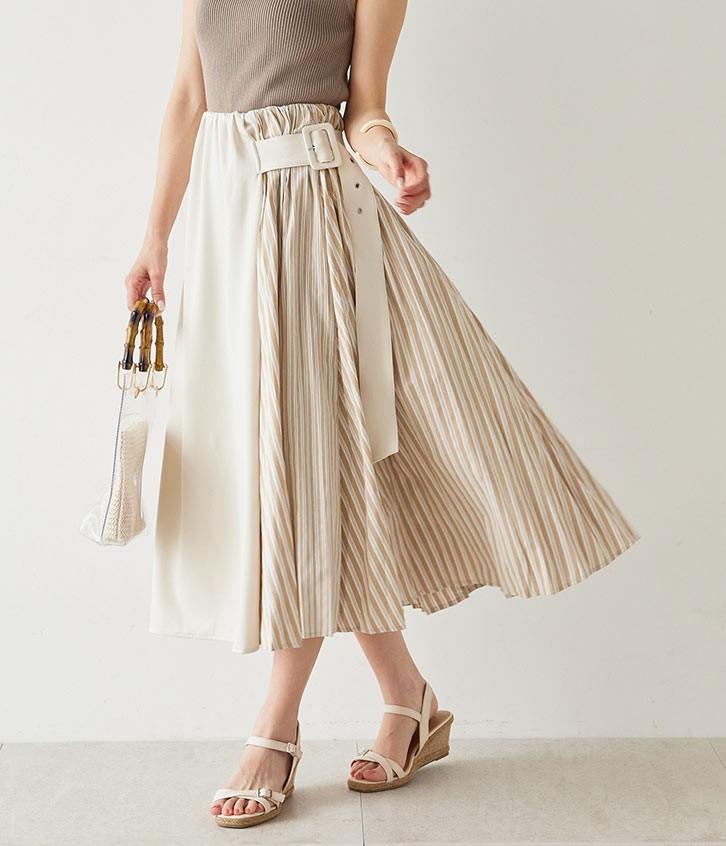 ベージュのスカートを穿いた女性