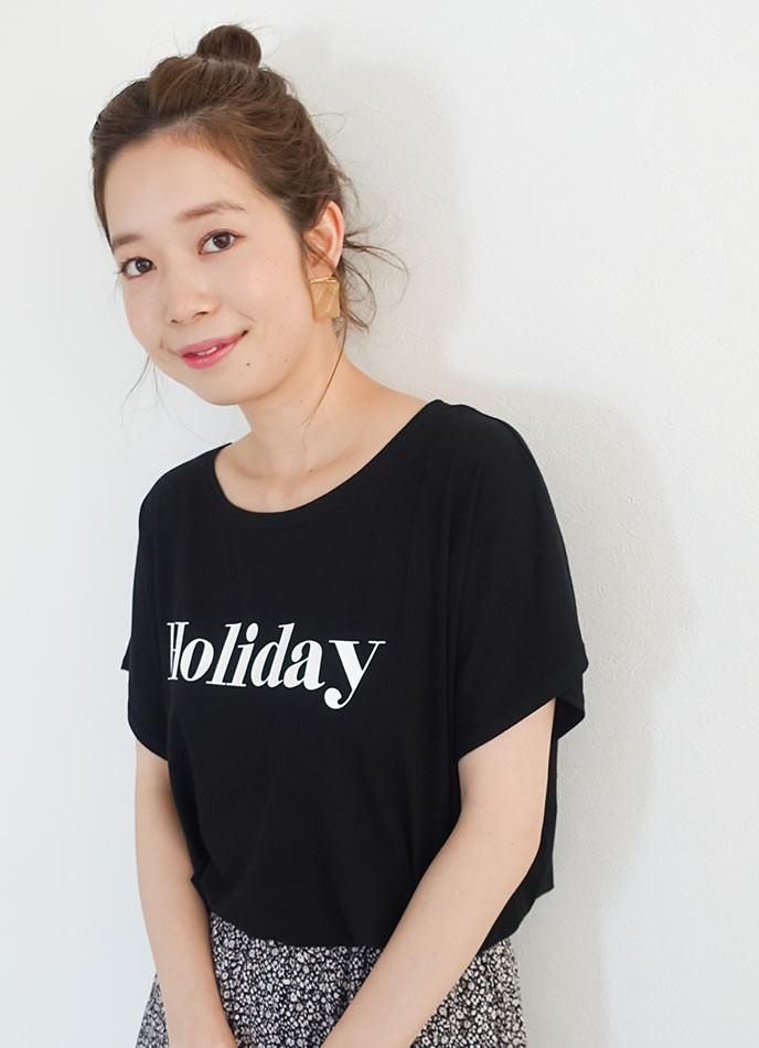 ロゴTシャツを着た女性