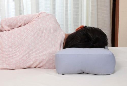 【消臭炭わた入り 横向き楽寝枕 カバー付き】消臭...