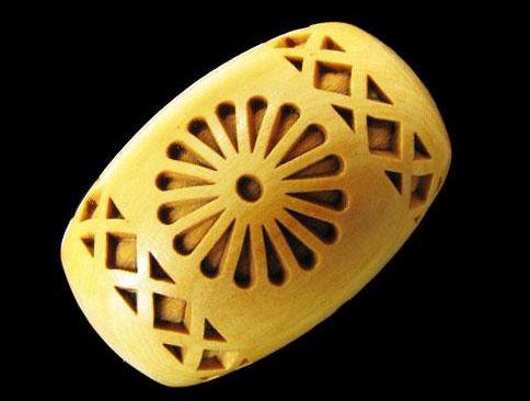 菊花紋章 横穴 柘植玉 浮彫 彫刻ビーズ 樽型