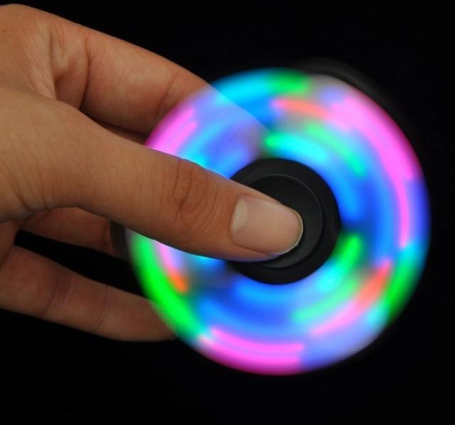 【新品送料無料】発光LEDハンドスピナーでストレ...