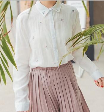 さり気ない花柄刺繍がキュートなシンプルシャツ☆...