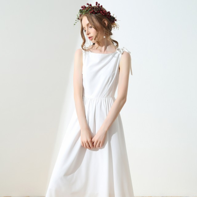 小さな白いドレスと大きなスイングスカート