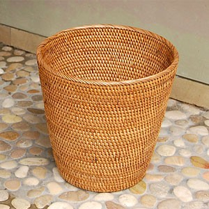ラタンで編まれた丸いバスケット