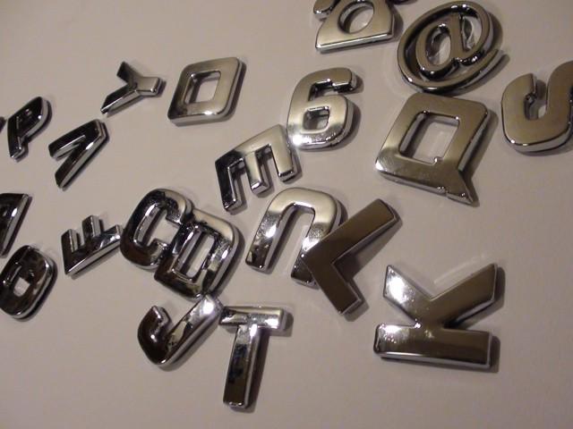 3Dシンプル英字体 文字エンブレム シルバー
