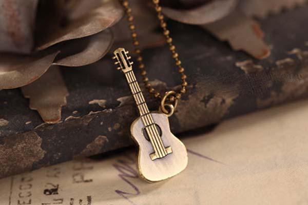 とってもお洒落なギター型ネックレス フォークギ...