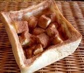 シナモンをたっぷりかけた贅沢なフレンチトースト...