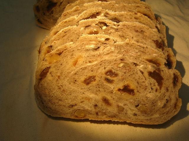 奇跡の30年自家製天然酵母クランべりー食パン。横浜つるみ土産認定の人気NO1のぱんです。食べたら驚きの声がでます。