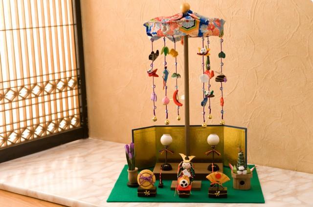 兜/五月人形/兜飾り/ちりめん/コンパクト飾り/こいのぼり/鯉のぼり/節句人形/端午の節句/室内/こどもの日/子供の日/節句飾り/初節句/縮緬細工/京都/リュウコドウ/龍虎堂/ミニ/5月5日の「子供の日」のお飾りは事故や病気から子供を護ってくれるようにという願いを込めて飾ります。端午の節句は、男子の厄除けと健康祈願のお祝い事が、 一般庶民の間にも定着したお祝い事です。 鯉のぼりは武家社会で幟や吹流しを上げて祝ったこと事がはじまりとされ、その武士に対抗して町民達が紙や木綿等で作った鯉の幟を盛大に飾ったのもが現在の原型となり今もその風習が続いています。大翔兜。「大将」「大勝」を掛け成長祈願。 兜には、 子供に災いが降りかかることなく逞しく成長するようにと願いが込められています。 新緑の中 お子さんの健康を祈り、健やかな成長の思いを込めてお飾り下さい。