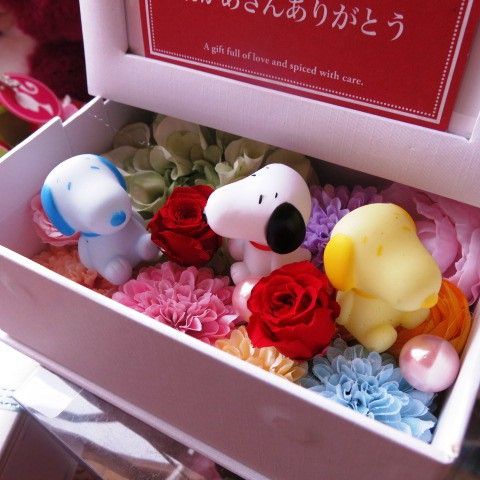 誕生日 スヌーピー入り 花 写真立て フォトフレーム プリザーブドフラワー入り 色はおまかせ マスコット3個入り