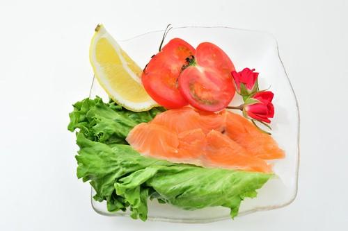 【突然ですが、ゲリラです!】【北海道産 スモークサーモン切り落とし 300g】新鮮な高級国産鮭ですが、切り落としなのでお安くご提供【・