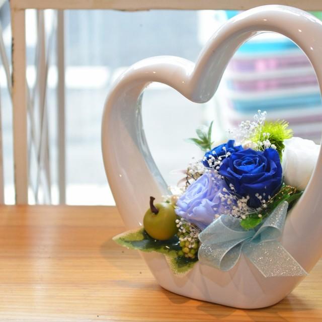 本州送料無料 プリザーブドフラワー ハート型デザイン陶器 4輪バラ アレンジメント ブルー クリアケース付