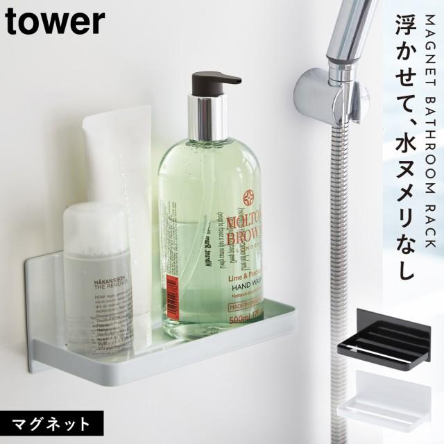 フックで吊るしたバスルーム用品。