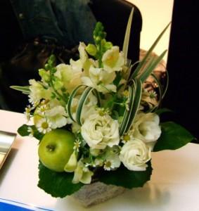 【結婚祝いの花 父の日 53】 おまかせ!ホワイトフラワーアレンジメント 花ギフト結婚祝いの花