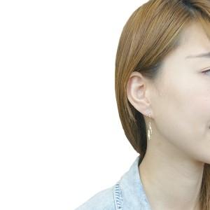 スタッドピアス チタン製ポスト 低アレルギー 日本製 フェザーモチーフ ワイヤーフリンジ ストーン 可憐に揺れる 羽 ハネ 小さめ