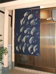 本ろうけつ染め 麻のれん 波しぶき(藍) 京染 麻100% ナチュラル素材 和暖簾 贈り物 日本製 癒し
