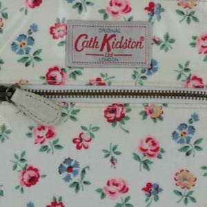 Cath Kidston  / キャスキッドソン レディース バッグ 色:白系x緑x赤等(花柄) サイズ:-