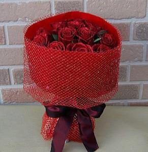 誕生日のプレゼントや結婚記念日等お祝いにキラキラ光る赤バラ・ダーズンローズレッド&レッド