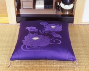 【送料無料!ポイント2%】高級朱子別織り地に高貴な蓮水柄御仏前座布団「紫蓮」