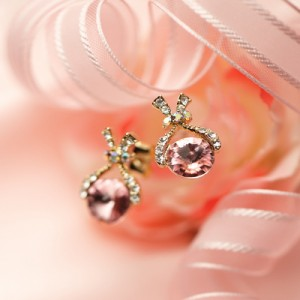 一粒スワロがキラリ☆スワロフスキー クリスタル リボン ピアス/ピンク【Lady's】【レディース ピアス】【女性用】