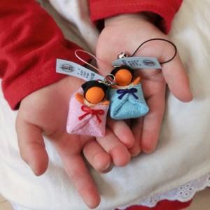 【子宝祈願・安産祈願  送料無料】御守り 飛騨高山さるぼぼ 引き寄せる子宝 おくるみ オレンジさるぼぼ ストラップ