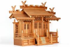 褐色の神棚 透かし彫り屋根違い三社 格子扉 欅の風合い