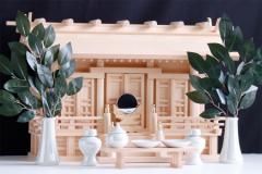 匠造り ■ 木曽ひのき ■ 極上唐戸 通し屋根三社 小型 ■ 丸柱仕様 ■ パールに輝く 神具セット付 神棚セット