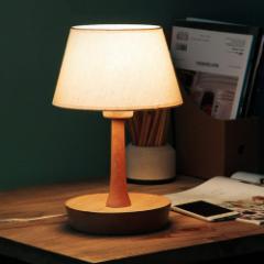 しっとりと落ち着いた北欧風のウッディーなデスク・ランプ